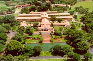 Vista aérea do prédio da Administração, Anfiteatro, Restaurante Universitário e Moradia Estudantil
