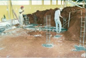 1997 – Construção das antigas instalações da Biblioteca,  onde hoje (2017) funciona a Secretaria do ZAB e  Seção Técnica de Informática: execução de muro de arrimo e arranque dos pilares. Foto: Acervo FZEA.