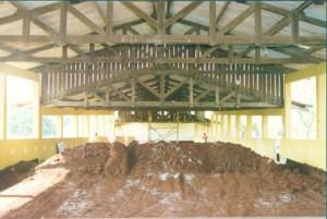 1997 – Construção das antigas instalações da Biblioteca,  onde hoje (2017) funciona a Secretaria do ZAB e  Seção Técnica de Informática: execução de aterro. Foto: Acervo FZEA.