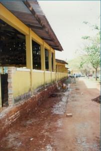 1997 – Adaptação de Galpão de Animais para  construção das antigas instalações da Biblioteca,  onde hoje (2017) funciona a Secretaria do ZAB e  Seção Técnica de Informática: execução da calçada externa. Foto: Acervo FZEA.