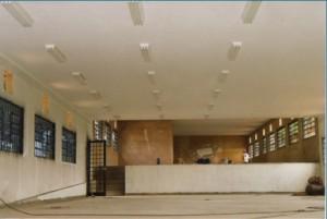 1997 – Construção das antigas instalações da Biblioteca,  onde hoje (2017) funciona a Secretaria do ZAB e  Seção Técnica de Informática: pintura, esquadria metálicas e luminárias. Foto: Acervo FZEA.