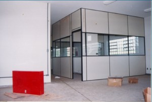 1997 – Construção das antigas instalações da Biblioteca,  onde hoje (2017) funciona a Secretaria do ZAB e  Seção Técnica de Informática: painéis divisórios. Foto: Acervo FZEA.