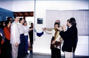 Junho de 1998 - Inauguração das antigas instalações da Biblioteca,  onde hoje (2017) funciona a Secretaria do ZAB e  Seção Técnica de Informática. Na imagem, o Diretor da FZEA, Prof. Dr. Marcus Antonio Zanetti, o Prof. Dr. Holmer Savastano Júnior e Magnífico Reitor da USP, Prof. Dr. Jacques Marcovitch. Foto: Acervo FZEA.
