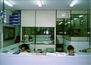 1999 - Antigo Balcão de Atendimento, ao fundo, as servidoras Maria Osória e Bernadete. Foto: Acervo FZEA.