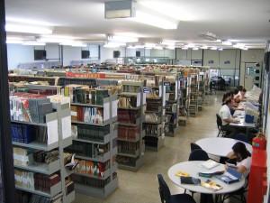 2006 - Acervo de livros, periódicos e micros de pesquisa. Foto: Régis Gonçalves.
