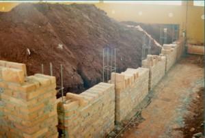 1997 – Construção das antigas instalações da Biblioteca,  onde hoje (2017) funciona a Secretaria do ZAB e  Seção Técnica de Informática: arrimo em execução. Foto: Acervo FZEA.