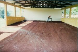 1997 – Construção das antigas instalações da Biblioteca,  onde hoje (2017) funciona a Secretaria do ZAB e  Seção Técnica de Informática: compactação final do aterro. Foto: Acervo FZEA.