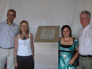 27/03/2009 - Lançamento da Pedra Fundamental das futuras instalações da nova Biblioteca Central FZEA. Da esquerda para Direita, Marcelo Roberto Dozena (Chefe Técnico do Serviço de Biblioteca), Eliana de Azevedo Marques (Diretora do SiBi USP), Cilene (Engenheira COESF/USP). Foto: Ernani Coimbra.