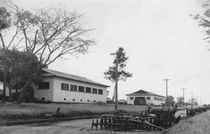 Cavalariça e Bezerreiro do Parque de Exposições, década de 40/50 – atual Laboratórios dos Departamentos de Ciências Básicas (ZAB) e de Medicina Veterinária ZMV) da FZEA. Foto: Acervo Digital FZEA.