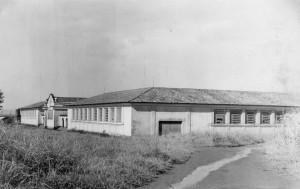 Prédio da Indústria e Produção Animal da Escola Prática de Agricultura, década de 40/50 – atual Edifício Prof. Dr. João Soares Veiga (instalações do Departamento de Zootecnia (ZAZ) da FZEA). Foto: Acervo Digital FZEA.