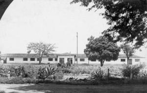 Alojamentos do Parque de Exposição, década de 40/50 – Atual Edifício Oeste que abrigam laboratórios do Departamento de Ciências Básicas (ZAB) e do Departamento de Medicina Veterinária (ZMV) da Faculdade de Zootecnia e Engenharia de Alimentos (FZEA). Foto: Acervo Digital FZEA.