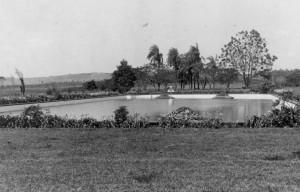 Lago em frente ao Prédio Central, década de 40/50. Foto: Acervo Digital FZEA.