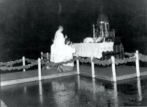 1ª Missa de Formatura dos Cursos Médios, lago em frente ao Prédio Central, década de 70. Foto: Acervo Digital FZEA.