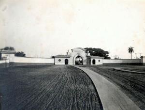 """Entrada do Portão de Acesso a Escola Prática de Agricultura """"Fernando Costa"""", década de 40/50 – atual Campus """"Fernando Costa"""" - Pirassununga. Foto: Acervo Digital FZEA."""