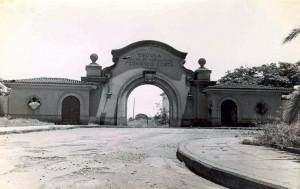 """Portão de Acesso da Escola Prática de Agricultura, década de 40 – atual Campus """"Fernando Costa"""" - Pirassununga. Foto: Acervo Digital FZEA."""