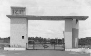 Portão do Instituto de Zootecnia e Indústrias Pecuárias (IZIP), década de 40/50.– atual ponte da Rodovia Anhanguera que corta o Campus USP de Pirassununga. Foto: Acervo Digital FZEA.