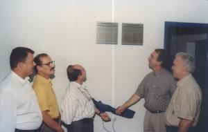 07/10/1995 - Inauguração das novas instalações do Departamento de Zootecnia (ZAZ): descerramento de placa pelos professores doutores: Joaquim José de C. Engler, Diretor Administrativo da FAPESP (à esquerda) e José Fernando Perez, Diretor Científico da FAPESP (à direita). Foto: Acervo FZEA.