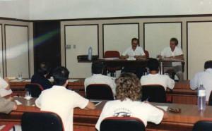Reunião de instalação da Congregação da FZEA/USP em 17 de dezembro de 1992.  Ao fundo, Presidente a reunião, o Diretor Pró-Tempore da FZEA/USP, Prof. Dr. Lício Veloso, e ao lado, Sr. Sérgio Lavandeira, Secretário da reunião. Foto: Acervo: FZEA.