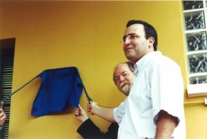 Abril/2001 - Descerramento da placa de inauguração das instalações do Laboratório de Fisiologia Animal (LAFA). Da esquerda para direita: Prof. Dr. João Alberto Negrão (Coordenador do projeto e Responsável pelo Laboratório), e o Prof. Dr. Jacques Marcovitch  (Reitorr da USP). Foto: Rogério Lacaz Ruiz.