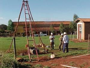 22/07/2004 - Construção das instalações do Departamento de Engenharia de Alimentos: sondagem. Foto: Acervo FZEA.
