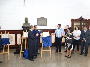 03/08/2015 – Autoridades durante descerramento das  placas de inauguração do Lab. de Oncologia Comparada e Translacional (LOCT), do Bloco Didático do Departamento de Medicina Veterinária (BDMV),  e do Departamento de Engenharia de Biossistemas (ZEB). Foto: Débora E. Lautenschalaeger.