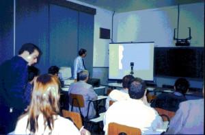 30/08/1998 - Reunião para discutir a implantação do curso de Engenharia de Alimentos. Ao fundo, o Direto da FZEA, Prof. Dr. Marcus Antonio Zanetti durante apresentação. Foto: Acervo FZEA.